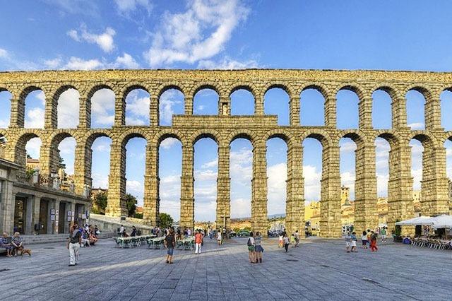 Acueducto de Segovia cerca de Madrid