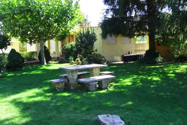 jardin casa rural con piscina villa veronica